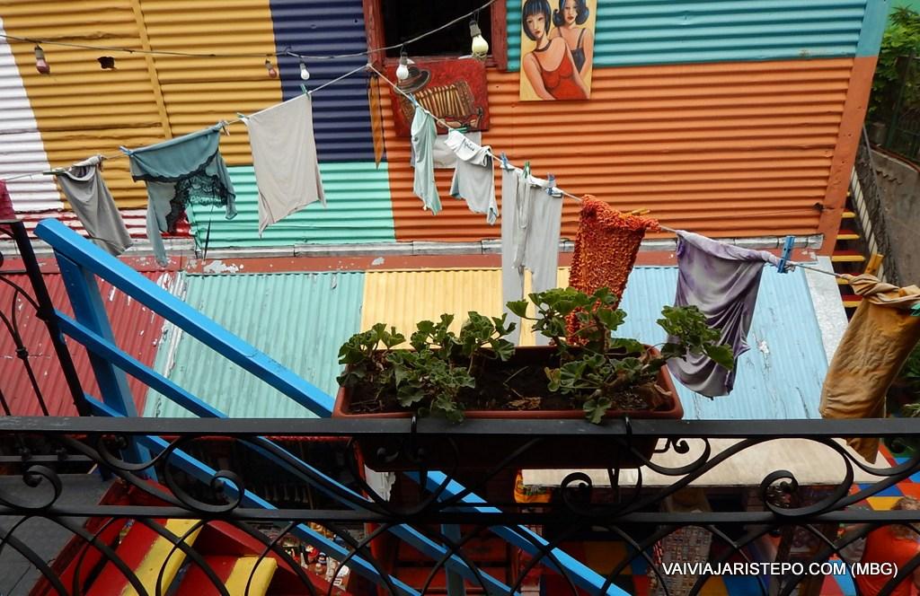 ARGENTINA . BUENOS AIRES . CALLE MAGALLANES – A Rua Mais Animada Do Bairro La Boca.