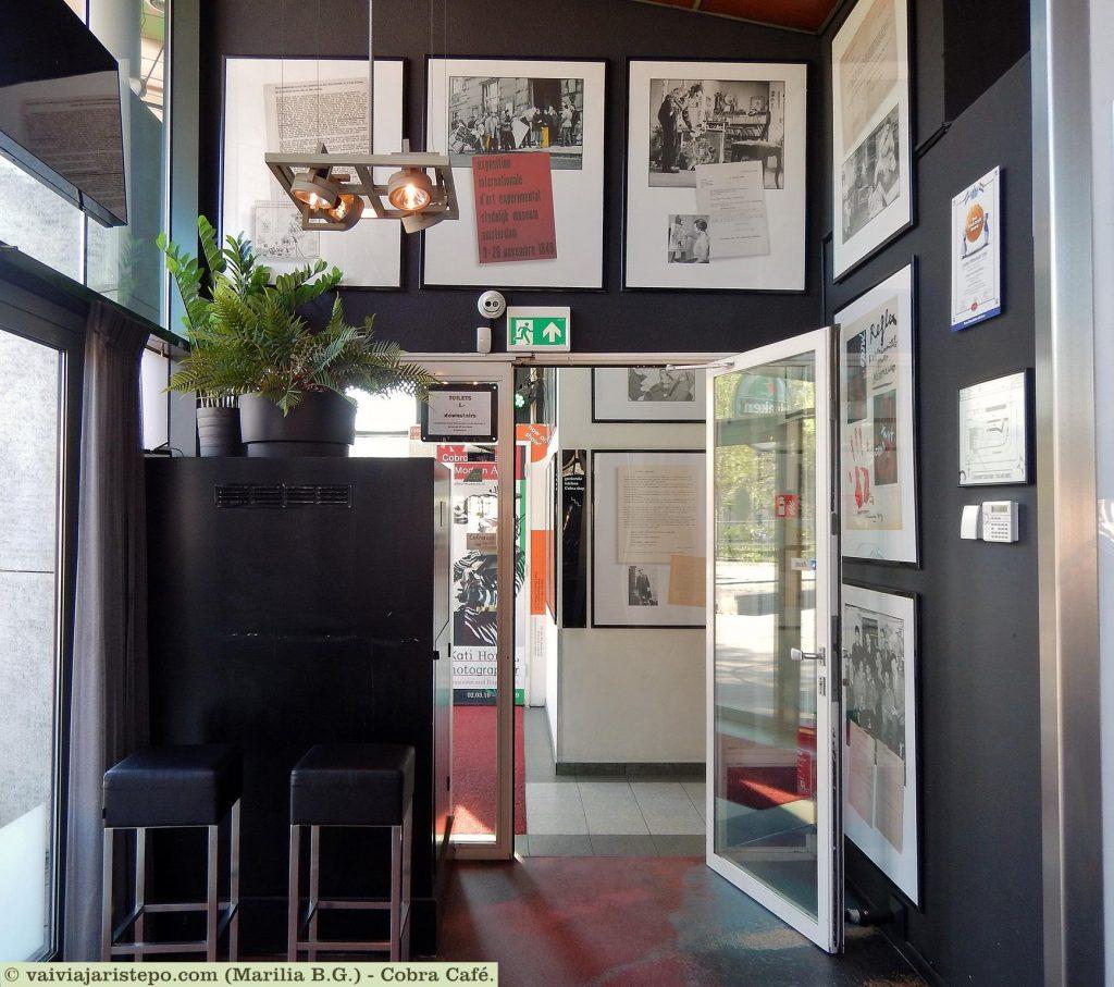 HOLANDA. AMSTERDAM. Cobra Café: Bistrô, Galeria de Arte, e Um Banheiro Informatizado Que Parece Mágico!.