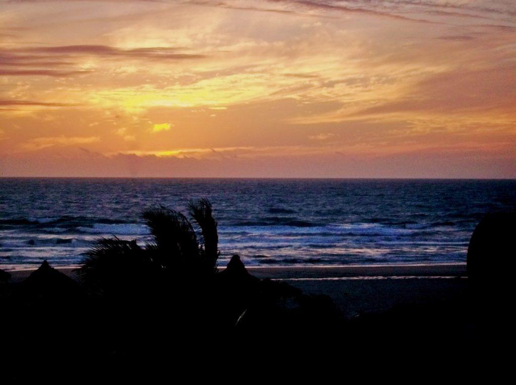 BRASIL . CEARÁ . Fortaleza – Crocobeach: Clube ou Barraca de Praia?