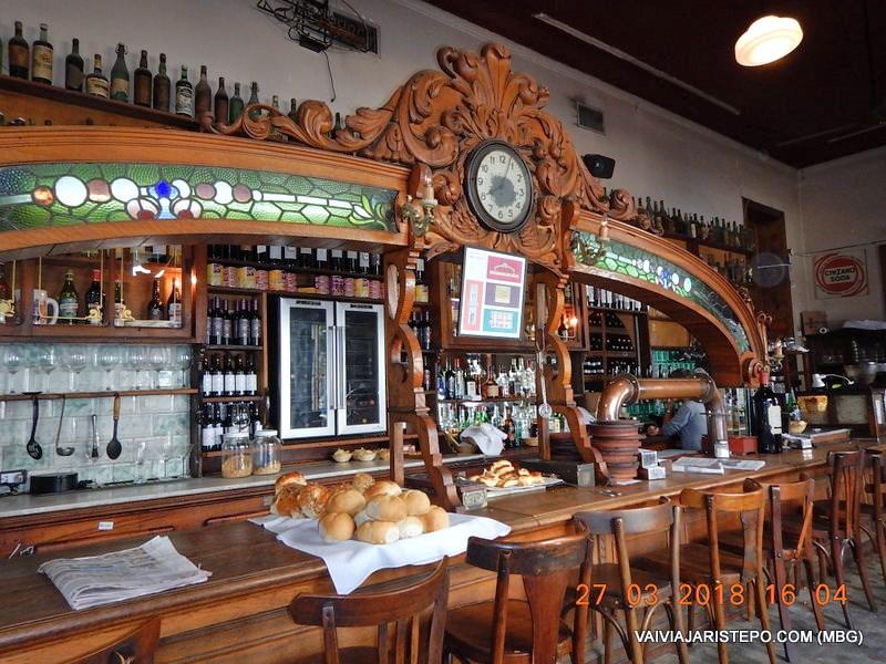 """ARGENTINA . BUENOS AIRES – Bar EL FEDERAL, Decadente """"NOTÁVEL"""" e Atração da Cidade."""