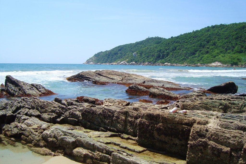 BRASIL . SANTA CATARINA . Praias em BOMBINHAS: Sepultura e Retiro dos Padres, Dentre Outras.