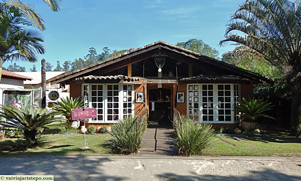 BRASIL . RIO DE JANEIRO . PENEDO . Pérgula Resto-Lounge: Aconchego e Boa Mesa.